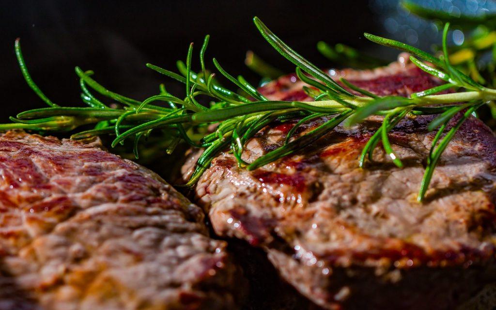 bistecche sulla bistecchiera elettrica professionale